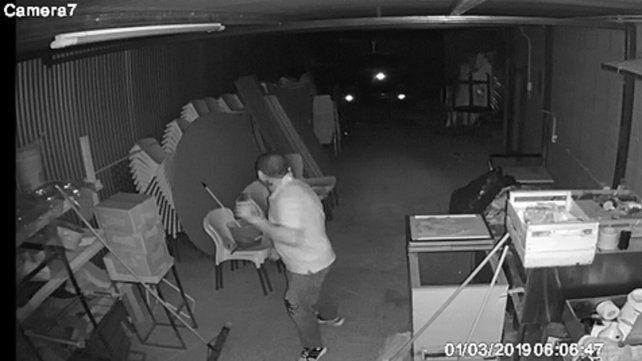 escrachado. Uno de los ladrones captado por las imágenes de las cámaras del depósito robado.