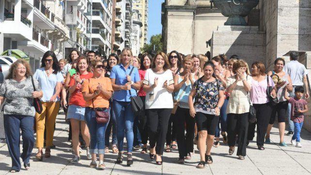 Esta mañana la intendenta caminó acompañada por un grupo de mujeres desde el Palacio Municipal al Concejo.