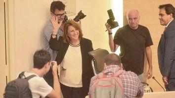 Saludo. Mónica Fein, ayer, al ingresar al recinto de sesiones del Concejo Municipal.