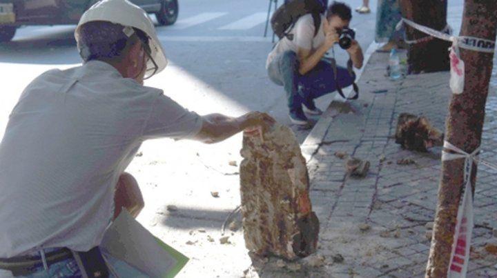 Peligro. La mujer de 45 años sufrió por la caída de grandes pedazos de material.