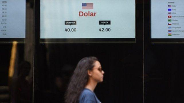 Sacudón. La jornada financiera se volvió a calentar ayer y el precio de la divisa superó otra marca.