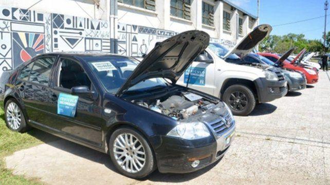 Vehículos decomisados. Algunos de los autos subastados ayer en el Centro Cultural La Esquina Encendida.