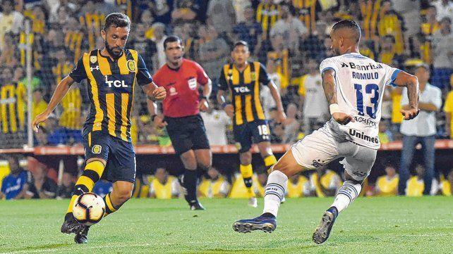 Por la banda. Agustín Allione busca el desequilibrio ante la marca de Rómulo. El volante es uno de los futbolistas con mayor despliegue en el equipo canalla.