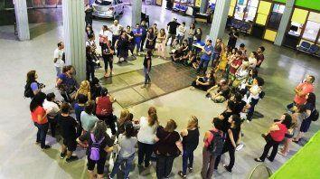 En la primera recorrida del año, los asistentes escucharon sobre la quema de libros, la destrucción de espacios y el saqueo de un símbolo de la cultura y la educación popular.