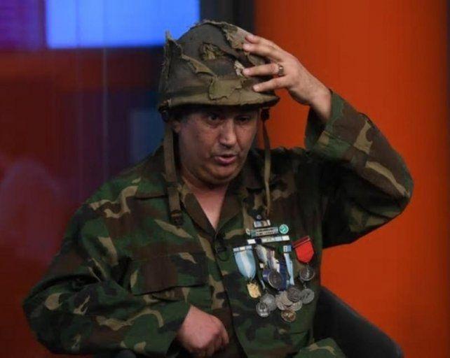 Jorge Altieri se reencontró con el casco que le salvó la vida en la batalla de Monte Longdom.