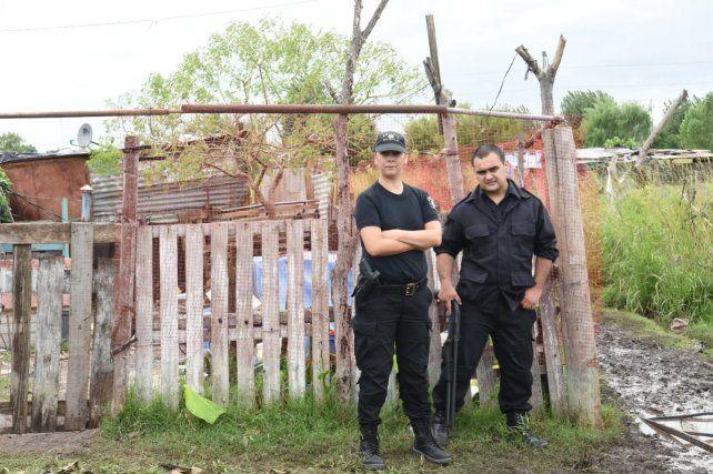 La policía dejó una guardia policial en el lugar donde se registró el incendio.