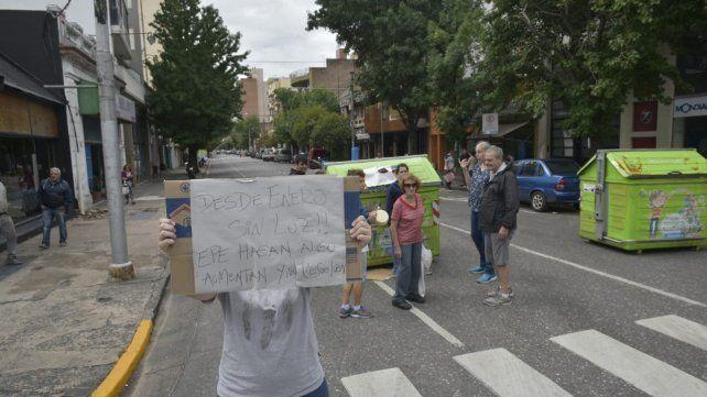 La línea K interrumpe su recorrido por una protesta de vecinos que no tienen luz