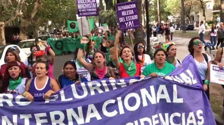 Un pañuelazo marcó el cierre del multitudinario acto del 8M en Rosario