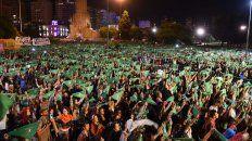 un panuelazo marco el cierre del multitudinario acto del 8m en rosario