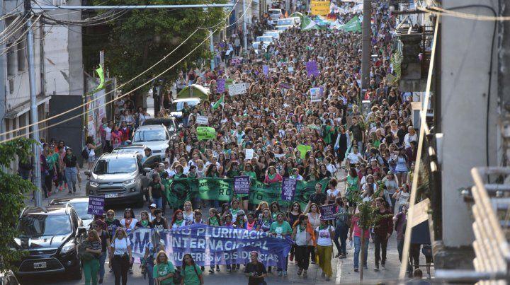 Movilizadas. Las participantes se concentraron en la plaza San Martín y atravesaron el centro hasta llegar al Parque Nacional a la Bandera