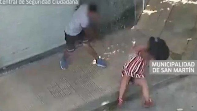 Una mujer fue brutalmente golpeada por un hombre en plena calle