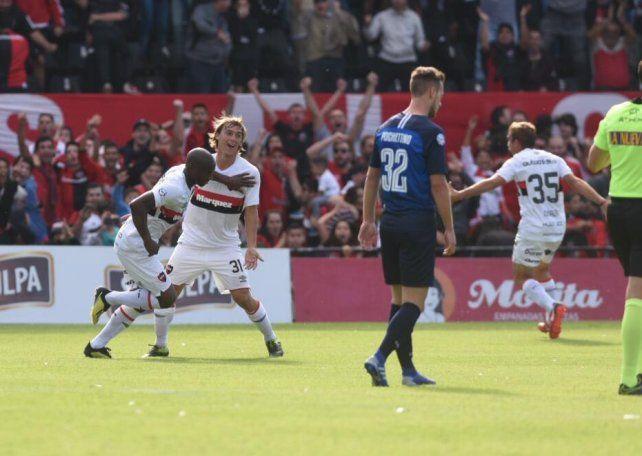 Leal convirtió el gol ante Talleres y sale corriendo para festejarlo.