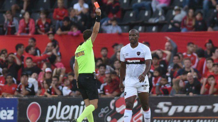 El árbitro Lamolina le muestra la roja al volante uruguayo tras una entrada descalificadora ante un jugador de Talleres.