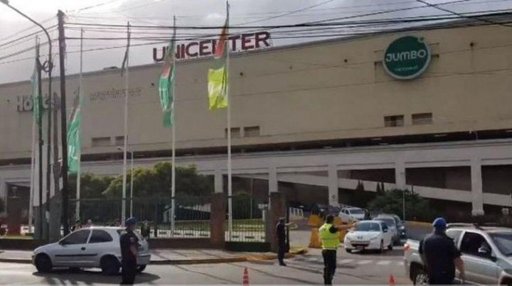 Por una falsa amenaza de bomba evacuaron el shopping Unicenter
