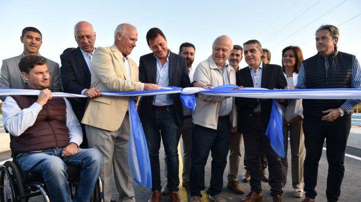 El gobernador junto a los intendentes de ambas ciudades realizaron el corte de cintas.