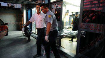 El final. La policía se lleva el cuerpo de Pablo Correa, de 37 años.
