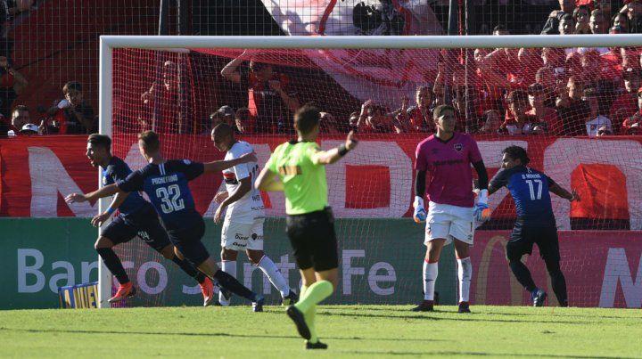 Primer golpe. Palacios conectó al gol y decretó la igualdad transitoria para la T. Aguerre no lo pudo evitar. Newells no fue compacto en el retroceso y sufrió demasiado.