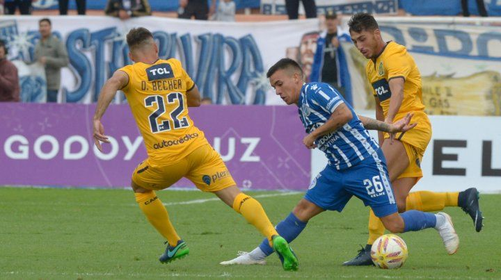 Juveniles. Diego Becker y Facundo Rizzi intentan contener el avance de Agustín Verdugo. El Loncho Ferrari les dio pista a los pibes canallas para guardar algunos titulares para la Copa Libertadores.