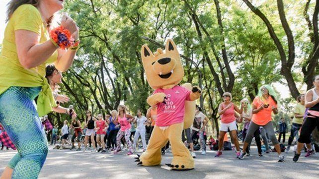 Guazú. La mascota oficial de los Juegos coordinó ayer una clase de zumba en el parque Independencia.