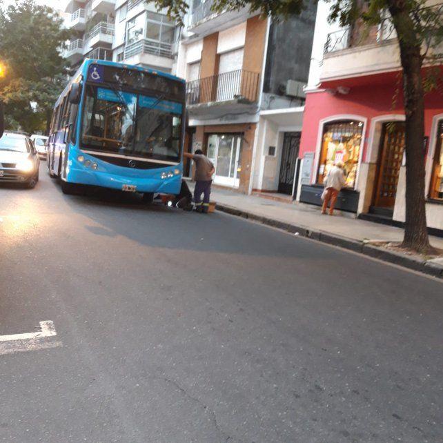 Susto en un colectivo y problemas de tránsito en el centro rosarino