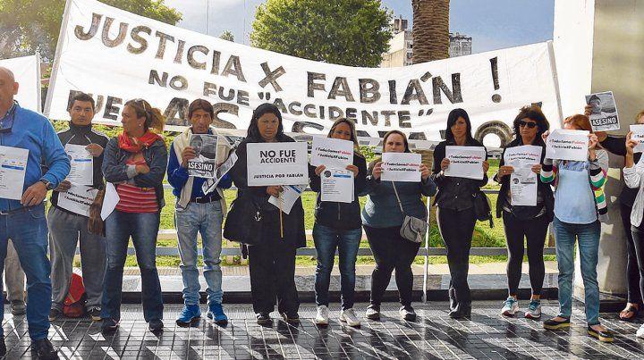 Reclamo. Vecinos y amigos de Fabián Cragnolino se manifestaron ayer ante las puertas del Centro de Justicia Penal.