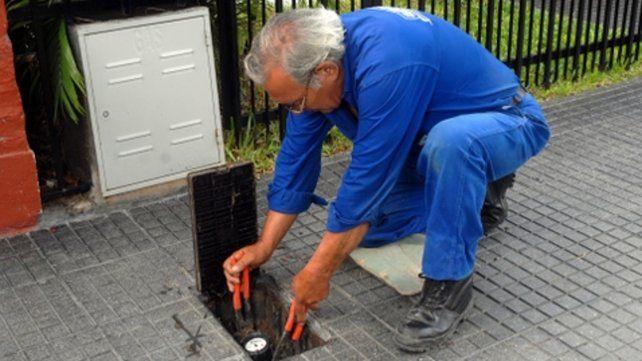 En acción. Un operario coloca un medidor. El año pasado se instalaron en Rosario 7 mil y este año se sumarán 10 mil.