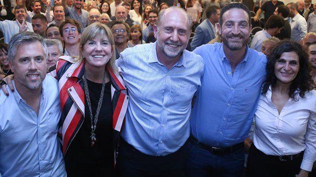 Unidos. Perotti junto a dirigentes que acompañan su propuesta.