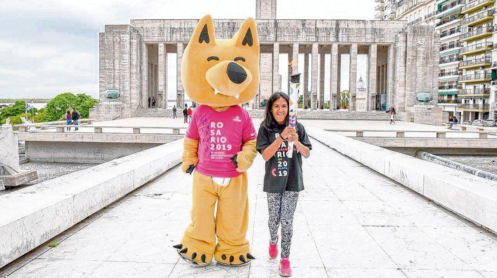 De paseo. La campeona paralímpica en Río 2016 Yanina Martínez trasladó la antorcha ayer.