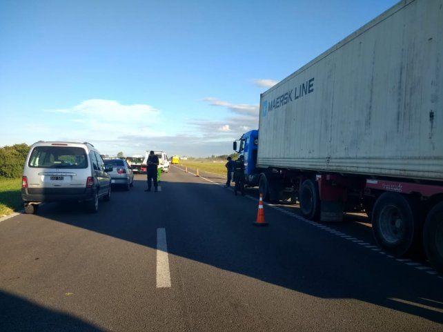 Hay gran congestión y la fila de vehículos en la autopista es de varios kilómetros.
