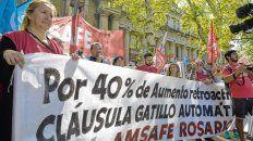 Reclamo. Maestros y referentes sindicales de Amsafé Rosario y Sadop hicieron público ayer su descontento en la plaza San Martín.