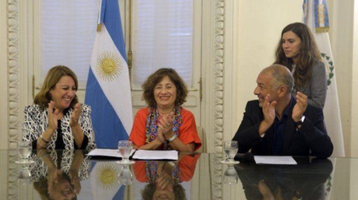 Aplausos. La firma del acuerdo se realizó ayer en el Salón Carrasco del Palacio de los Leones.