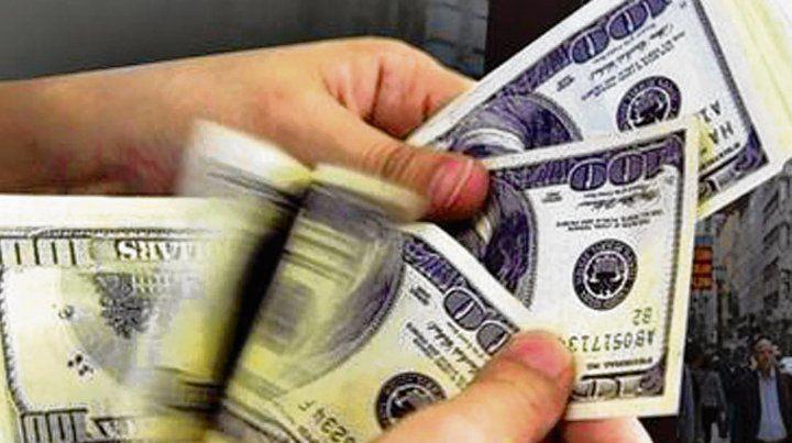 Dólar. La divisa estadounidense aumenta pese a la suba de tasas.