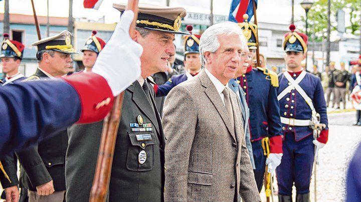acto. Tabaré Vázquez y Manini Ríos durante una ceremonia pasada en Montevideo.