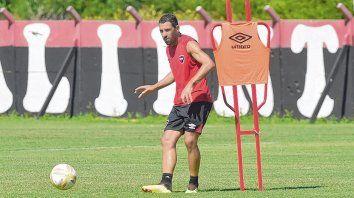 Calidad. Maxi cumple con un ejercicio con pelota durante un entrenamiento en Bella Vista.