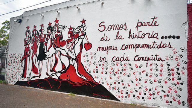 El mural. La obra sobre la mujer es de la artista plástica Gabriela Van Horn.