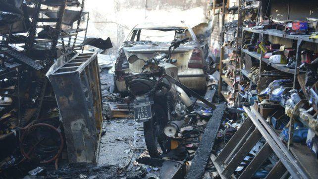 el fuego alcanzó a dos vehículos de la familia.