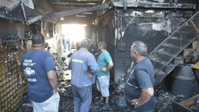 El fuego consumió todo el local y la casa donde viven los dueños.