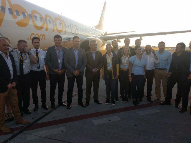 El vuelo inaugural de la empresa llegó a las 18.25 al aeropuerto Islas Malvinas de Fisherton.