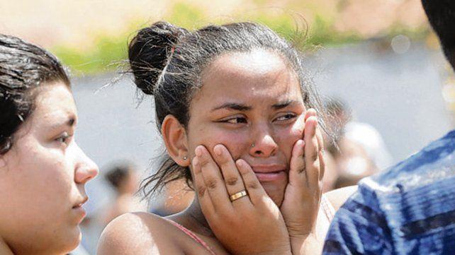 Familiares y amigos de las víctimas se enteran de la tragedia.