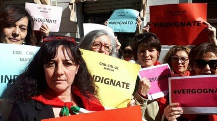 Ancona. Manifestantes frente a las puertas del tribunal.