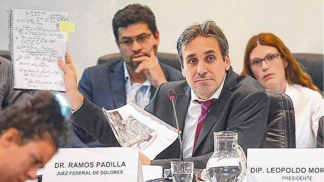 La prueba. Ramos Padilla expuso durante más de dos horas y exhibió fotos