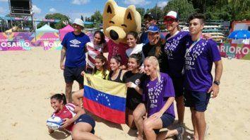 En La florida. El equipo de rugby playero posó con Guazú, la mascota de los Juegos Rosario 2019.