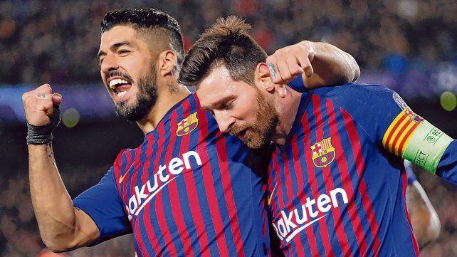 Festejo sudamericano. Suárez y Messi celebran la apertura del marcador en el Camp Nou. Barcelona tendrá que esperar hasta mañana para conocer a su rival de cuartos.