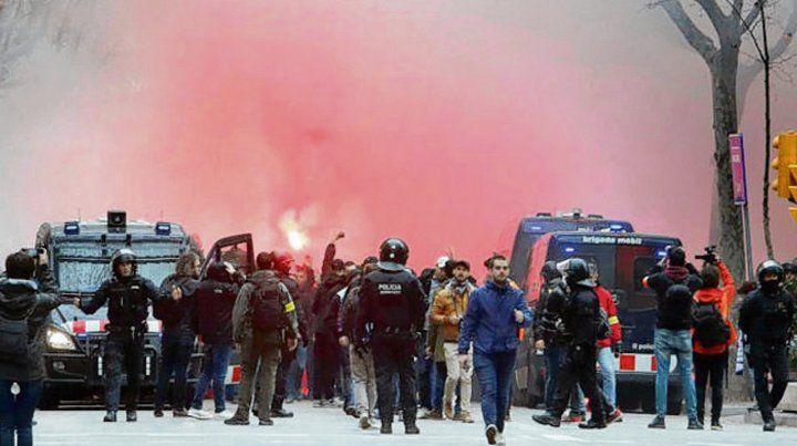 Un caos. La policía tuvo que intervenir para frenar los enfrentamientos en las calles.