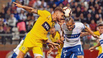 Arriba. Barbieri le gana en esta acción el cabezazo a Sáez. El defensor canalla tuvo una mala noche, de hecho generó la contra en el primer gol de la Católica.
