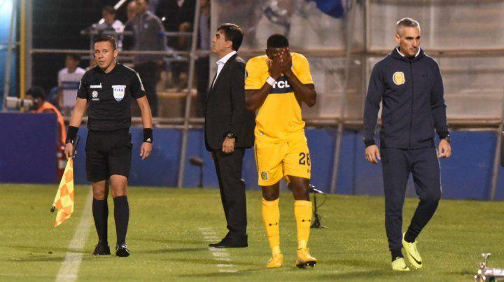 Cabezas se va desconsolado de la cancha. El colombiano imaginaba por entonces que la lesión era complicada.