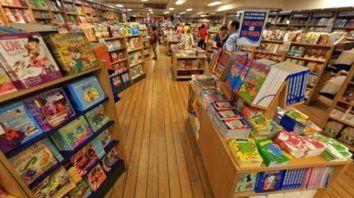 a bordo. El barco contiene libros para niños, novelas, best sellers y ejemplares de historia, economía y ciencia.