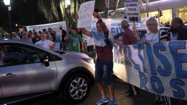 Tarifas. Los automovilistas apoyaron con sus bocinas la protesta en Oroño y Córdoba.