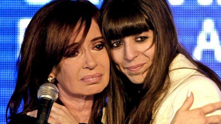 dolida. Cristina Kirchner denunció junto a su hija Florencia.