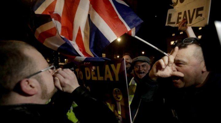 furia. Partidarios del Brexit duro protestaban anoche en cercanías del Parlamento en Londres.